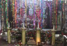 তারাইল গুচ্ছ গ্রামের ৭৫নং মন্ডপের সভাপতি বাবু স্বপন বিশ্বাস (ভানু বিশ্বাস) প্রতিমা না গড়েই রঙের বাহারের ব্যানার টানিয়ে শারদীয় দূর্গপূজার করেন