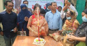 উপজেলা উন্নয়ন কর্মকর্তা নমিতা রানী ১০১ তম জন্মদিনে কেক কেটেঅনুষ্ঠানটি পালন করেন